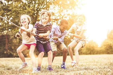 Vier Kinder ziehen an einem Seil